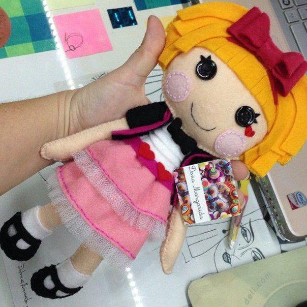 Las muñecasLalaloopsy, son realmente bonitas, se pueden hacer, en tela, en amigurumi o crochet o como en este caso en fieltro que no tienen nada que envidiar a las demás, ya que también quedan mar…