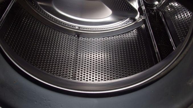 Alle paar Wäschen die Waschmaschine einmal leer und ohne Waschmittel bei 95 ° C laufen lassen. Das löst das Fett von den Haaren ab, und die Haare wandern direkt in das Flusensieb.