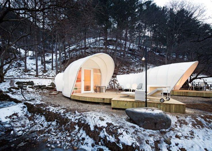 """A basso impatto ambientale, realizzate con materiali ecologici, impermeabili e ignifughi, queste tende da campeggio a 5 stelle sono state progettate da Archiworkshop (Hee-Jun Sim, Su-Jeong Park), una nascente casa di design sudcoreana con sede a Yang-Pyeong. Grazie alle loro forme a """"verm"""