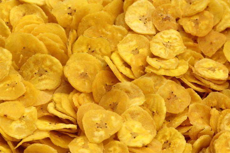Los chips de plátano son un delicioso tentempié que puedes tomar a cualquier hora. El plátano además de ser rico en minerales como el potasio, es rico en v