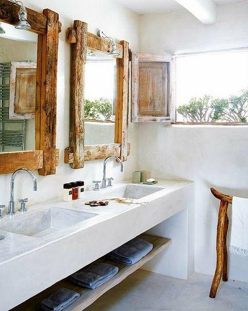 Spiegel mit rustikalen Holzrahmen im Bad