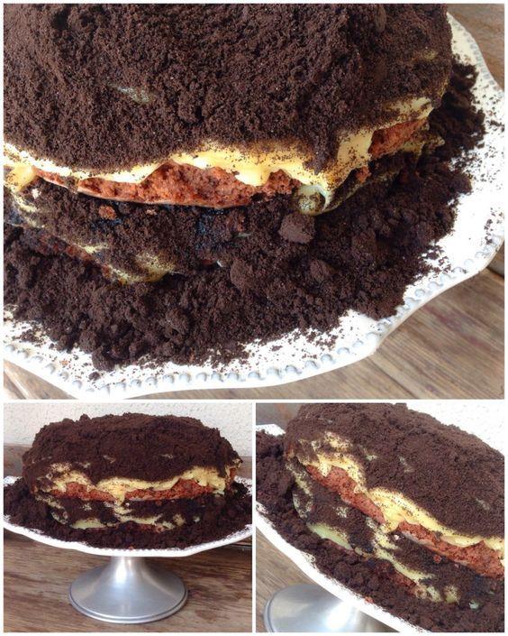 Naked Cake, Bolo Oreo, camadas de massa de chocolate, recheio a mostra transbordando brigadeiro branco, coberto generosa camada de farofa de bolacha oreo