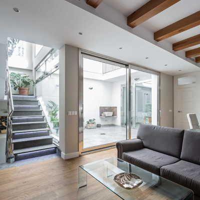 Escaleras de aluminio #salón #sofá #viga #parqué                                                                                                                                                                                 Más