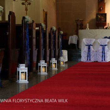 dekoracja kościoła gipsówka ławki lampiony
