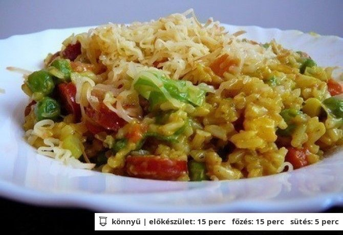 Currys rizs gazdagon -     25 dkg barnarizs     20 dkg virsli (vagy 30 dkg csirkemell)     30 dkg fagyasztott mexikói keverék (vagy konzerv zöldségkeverék)     2 közepes db újhagyma (zöldjével együtt)     20 dkg sajt (lehet füstölt is)     1 ek napraforgó olaj     bors ízlés szerint (őrölt)     só ízlés szerint     curry por ízlés szerint