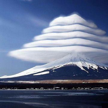 """""""Hat clouds"""" - Lenticular clouds (Altocumulus lenticularis)"""