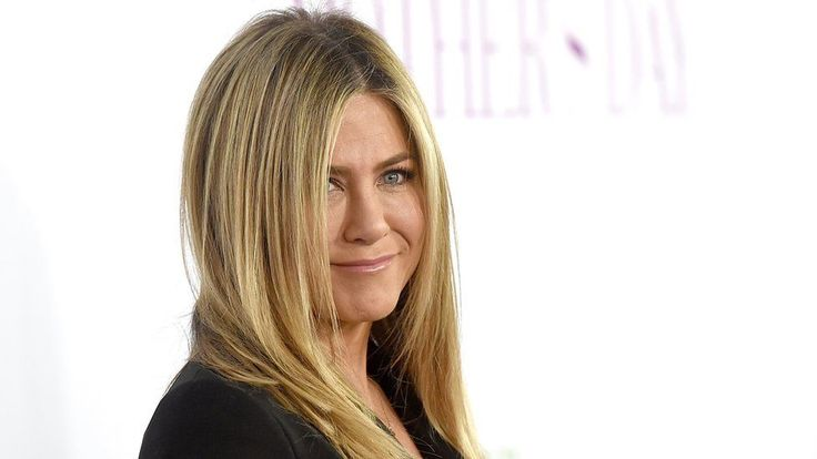 Jennifer Aniston - NOT pregnant, NOT fat. Just a woman pursued by paparazzi in the name of 'journalism'.