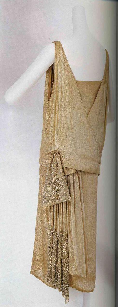 Вечернее платье. Мадлен Вионне, около 1922. Розовая шелковая вуаль, вставки из шелка с основой из серебристой ламе, платье силуэта «труба» с двойным верхом в стиле кимоно, бант с вышивкой бисером и фигурными пайетками.