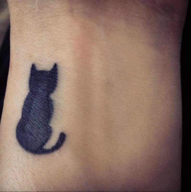 schwarze Katze am Handgelenk - Tattoo Motiv für Frauen