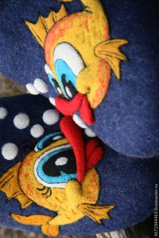 Купить или заказать Домашние ВаляныеМужские&женские Тапочки 'Рыбка моя зь' в интернет-магазине на Ярмарке Мастеров. Мужские тапочки синего цвета из овечьей шерсти, с забавными рыбками - серия лечебная обувь. Подошва микропора , мягкие, теплые, уютные. Лучший подарок любимому мужчине.