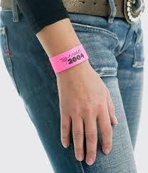 Puedes añadir Stamping a tus pulseras Tyvek de papel para customizarlas y hacerlas únicas.