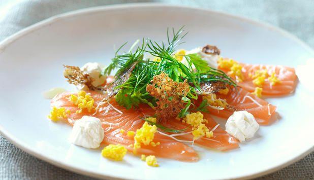 Carpaccio er opprinnelig en italiensk matrett. Dette er oppskriften på et deilig matmøte, der de løvtynne skivene av laks serveres med seterrømme og nordiske urter. #fisk #oppskrift
