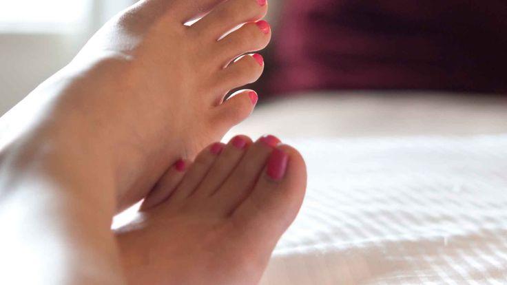 Makkelijk je nagellak corrigeren of verwijderen zonder je net gelakte vingernagels te verpesten. Zo maak je je eigen nagellak remover stift!