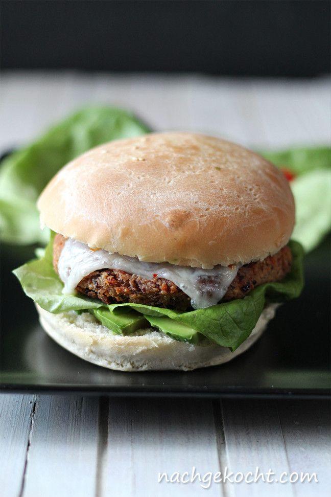 Vegetarischer Burger aus Bohnen mit Käse, Avocado und Salat