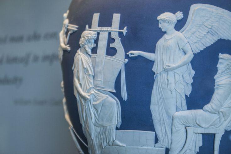 Klasický Wedwood, bílé nízké reliéfy lepené na modrý podklad, to je prostě nádhera.