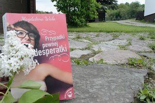 """Nadal i konsekwentnie przekonuję się do naszej rodzimej literatury, a książka Pani Magdaleny Wala pt. """"Przypadki pewnej desperatki"""" z pewnością przyczyniła się do podwyższenia i tak już pozytywnej oceny. Ok przyznaję, gdy wzięłam ją do ręki to nie bardzo miałam na nią ochotę, a ponieważ nie mogłam się zdecydować to poprosiłam moją siostrzenice Julkę żeby wskazała za mnie, którą książkę mam zacząć czytać. W taki oto sposób Julka wybrała książkę o Julce, a Joanna przeczytałam ją z narastającą…"""