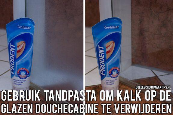 Gebruik tandpasta om kalk op een glazen douchecabine te verwijderen. Meer tips vind je op www.goedeschoonmaaktips.nl