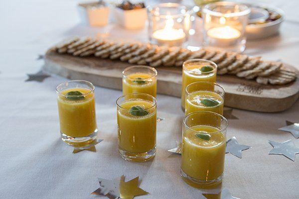 Deze gele paprikasoep staat dit jaar opnieuw als amuse op het menu voor kerst. Geserveerd in een glaasje. Heerlijk zoet, kleurrijk en feestelijk!