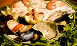 La locandiera è un ristorante rinomato per le sue squisite e ricche pietanze a base di pesce freschissimo. Proponiamo menù che variano dagli antipasti agli assaggini, ai primi piatti fino ai secondi, cucinati secondo le più classiche tecniche di preparazione.