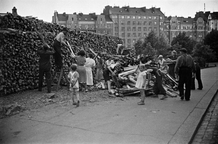 Halkopinojen kokoamista Agricolankadulla Helsingin kaupunginmuseo Väinö Kannisto 1942