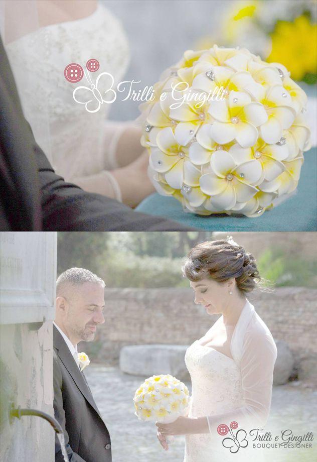 Sposa con bouquet di frangipani gialli e bianchi. Italian bride with yellow and white bouquet. Vuoi vedere altri bouquet originali? Vai su www.trilliegingilli.com