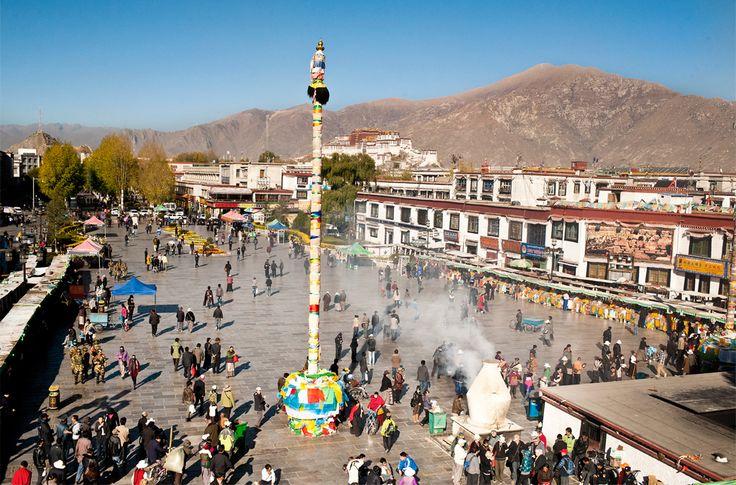 Cet itinéraire vous fera découvrir la capitale culturelle tibétaine de Lhassa et ses moines au cours de leurs prières et de leurs rituels journaliers. Explorez les villages et les paysages lunaires lors d'une randonnée jusqu'au Everest Base Camp. http://tanirikka-travels.com/tour/aventures-au-tibet-de-la-chine-au-nepal/
