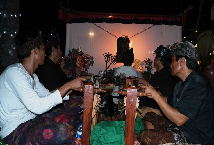 Traditional puppets show accompany by antique orchestra. Contact info@balimusicanddance.com to also include this show with puppet making and paiting workshop.