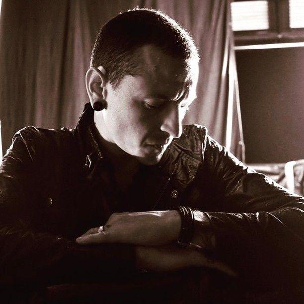 Após sonhar com a carreira de ator quando terminou os estudos da escola secundária Chester Bennington virou-se definitivamente para uma paixão antiga: a música que serviu como válvula de escape até ao trágico final do vocalista. . Saiba mais sobre a vida do artista no link na bio em @mundodemusicas . #ChesterBennington #linkinpark #dream #love #music #history #memory #cry #newdivide #heart #chester #soundgarden #chriscornell #ripchester
