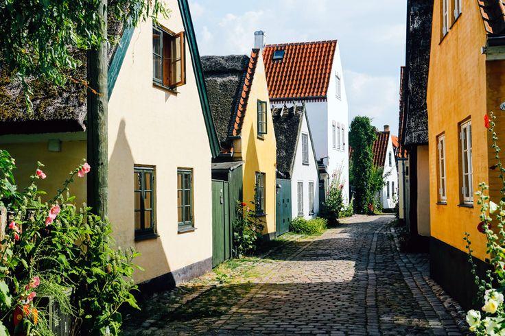 雰囲気の良い街並み、歴史的建造物が多く見られること、そして日本から直行便が出ていることからも人気の旅行先となっているデンマーク。観光スポットをメインに周るだけではコペンハーゲンの町を100%楽しんだとは言えません。今回は、もっとコペンハーゲンの散策がもっと楽しくなる魅力的なスポットをご紹介いたします。 |デンマーク, ヨーロッパ|旅行・観光のおすすめまとめ「wondertrip」