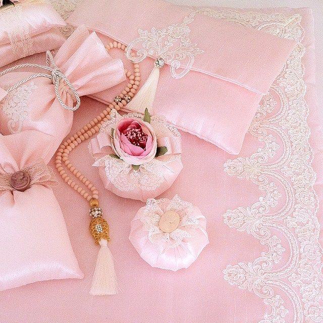 Sevgili zeyneb gelinin bohca takımı almanya yolcusu mutlu günlerde kullanması dileğimizle sevgiler✈️ #sözbohcası #nişanbohcası #düğünbohcası #çeyiz #çeyizhazırlığı #çiçek #pink #kurantesbihkese #tesbih #seccade #lavantakese #kokulukese #vintage #vintagehome #vintagelove #huzur #doco #decoration #homedecor #homsivithom #gül #grün #hediye #hatıra #sevgiylehazirlandi #herzevkeuygun #renkve #tasarımlar