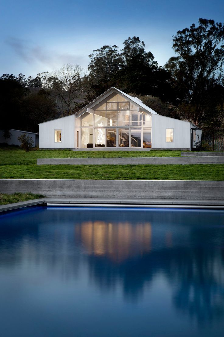 Energy efficiency is key for this modern California ranch home!  Read more: http://freshome.com/modern-ranch-California/