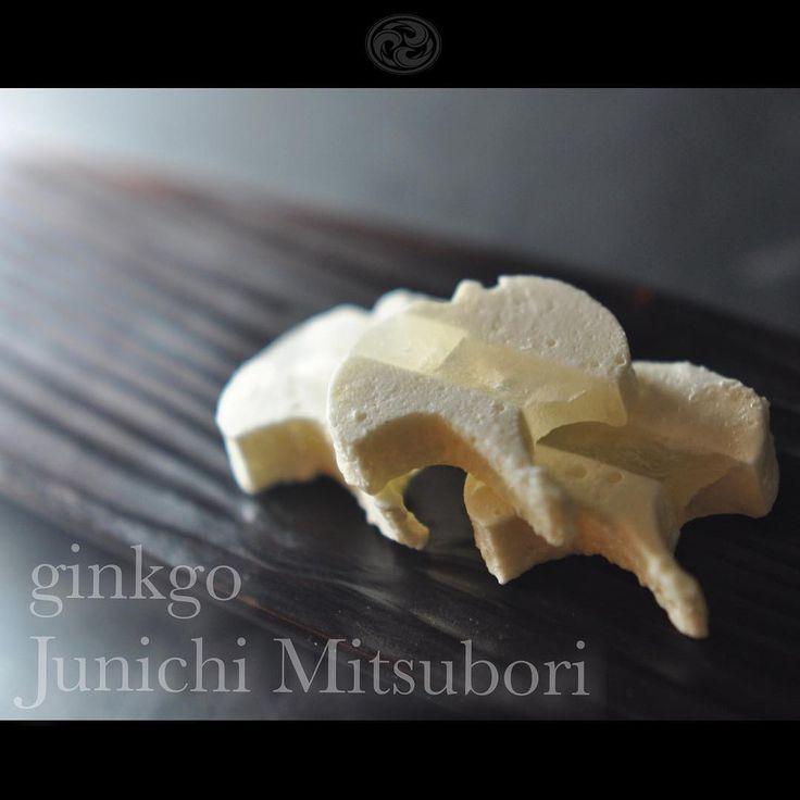 #一日一菓 #菓道 「 #銀杏 」 #wagashi of the Day #ginkgo #艶干錦玉羹 製  本日は「銀杏」です。 今日から11月ですね。 早いものであと2ヶ月でもぅ2017年です、 私の住んでいる町では、ここ最近急に冷え込んできて、周りで風邪を引いている人が増えてきました。 季節の変わり目につき、どうぞ御身体お気をつけ下さい。  #JunichiMitsubori #和菓子 #一菓流
