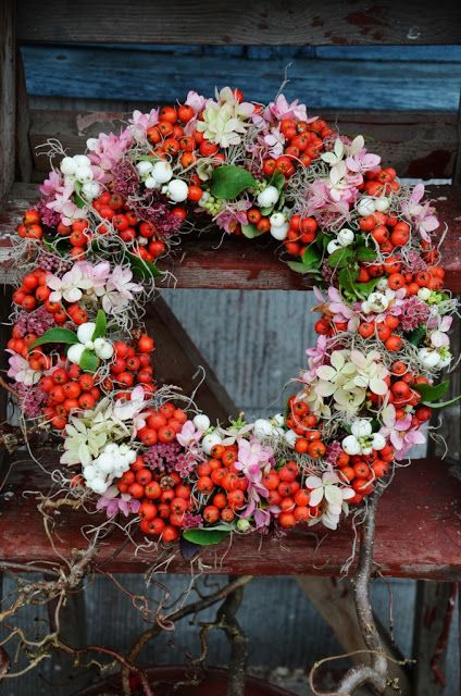 Wreath with snow berries, Spanish moss, hydrangea, orpine (succulent) and rowan berries from Liljor Och Tulpaner.