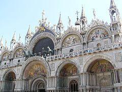La Basílica de san Marcos es el principal templo católico de la ciudad de Venecia (Italia) y la obra maestra de la arquitectura bizantina en el Véneto. Posee el rango de catedral y también el de iglesia patriarcal, además del de basílica.  Su construcción fue iniciada en el año 832 para guardar las reliquias de san Marcos el Evangelista, traídas desde Alejandría. Este hecho fue fundamental para que Venecia se erigiese en sede episcopal independiente