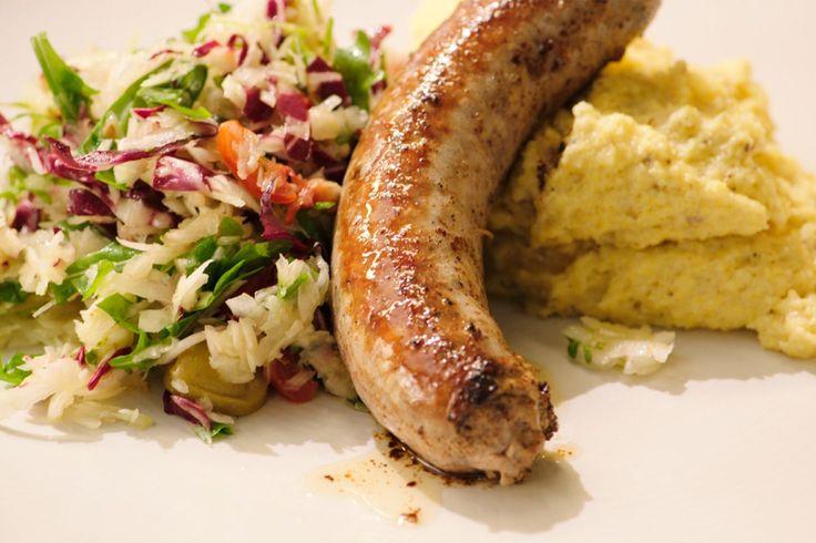Een salsiccia is een Italiaanse worst die gekruid is met venkel. Jeroen maakt er een salade bij van witte kool, venkel en radicchio. De romige polenta op smaak gebracht met truffelpasta maakt het gerecht helemaal af.