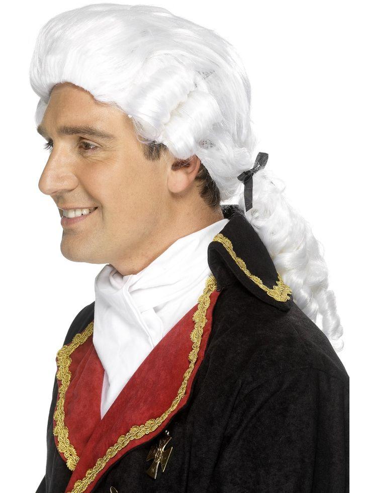 Tuomarin peruukki. Valkoinen, laineille taivuteltu peruukki on taatusti tunnistettava asuste. Perukkiia koristavat pienet mustat rusetit.