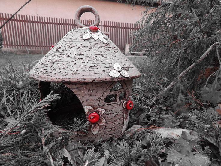 Krmítko s jablíčky Keramické krmítko pro ptáčky je z hrubého šamotu. Je vysoké cca 24-26 cm a šířka spodní části je 15 - 17 cm. Je na pověšení nebo postavení do skalky,na pařez,na studnu a podpodná místečka v zahradě.Má ouško na zavěšení. Venku může být po všechna roční období.