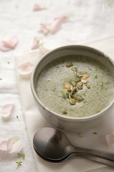モロヘイヤ入りのじゃがいもスープに、ひよこ豆、かぼちゃの種、タイムをトッピングしてみました。精進だしは、干し椎茸と昆布で引いてみました^^。      野菜たっぷりの滑らかなスープ