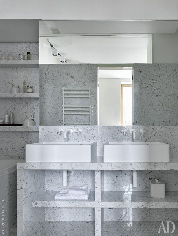 Хозяйская ванная комната. Раковины Block, Agape. Смесители Tara, Dornbracht. Стены и пол отделаны каррарским мрамором, NaturalStone.
