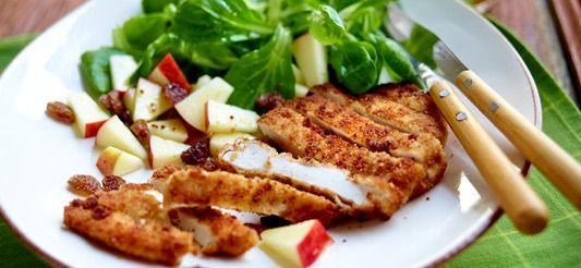 Met speculaas gepaneerde kip en salade met appels