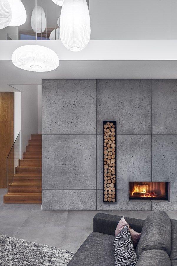 Beton na ścianie w salonie z antresolą