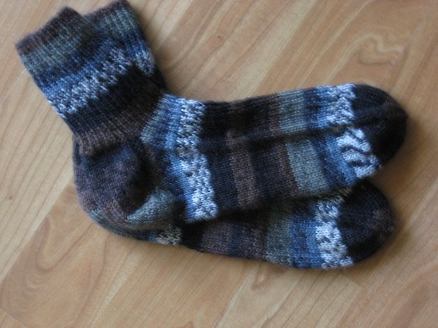 Diese Socken sind aus strapazierfähiger waschmaschinenfester Wolle gestrickt.  Waschmaschinen- und trocknergeeiget.