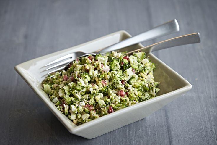 Lækker salat med broccoli, granatæble og pinjekerne til de dage, hvor du ikke faster på 5:2 Kuren.