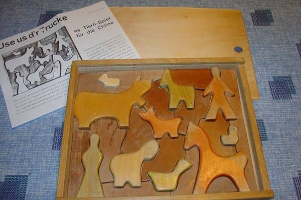 Puzzle in box. Holzpuzzle.