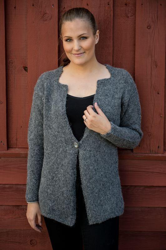 <p>Smuk lidt længere jakke strikket i flot glatstrik. Denne elegante feminine dog stadig sej jakke er strikket i den super