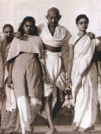 Mahatma Gandhi foi o idealizador e fundador do moderno Estado indiano e o maior defensor do Satyagraha (princípio da não-agressão, forma não-violenta de protesto) como um meio de revolução.