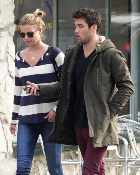 'Revenge' actress Emily Vancamp shops for groceries before meeting her boyfriend Joshua Bowman for lunch in Los Feliz, California on January 9th, 2013.