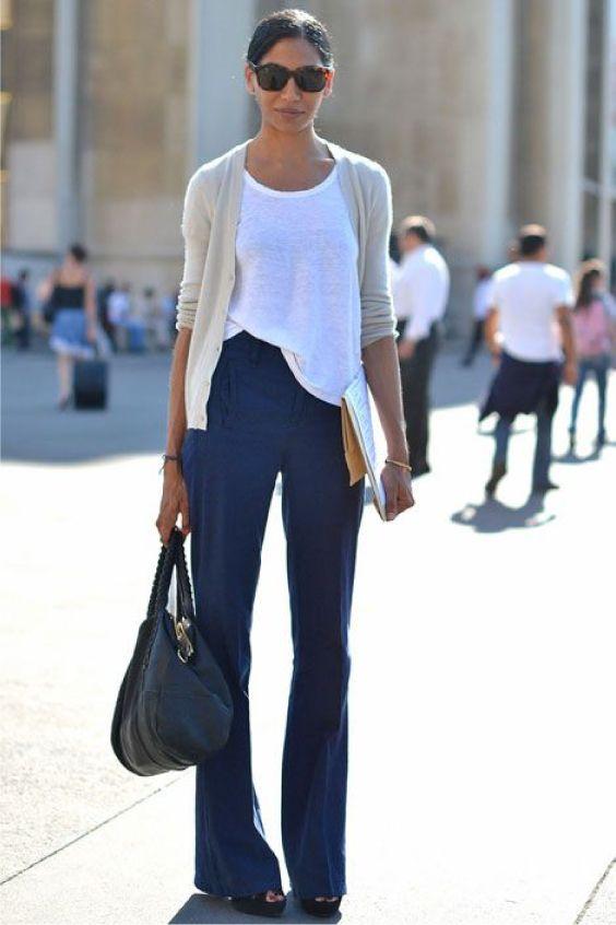 Blusa branca, cardigã bege, calça de alfaiataria flare azul marinho, sandália de salto