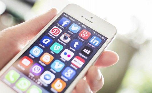 Un usuario maneja un iPhone5. Archivo