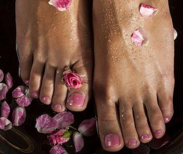 Bain de pieds (et mains) contre les mycoses des ongles et les mycoses cutanées (peau). 15 gouttes d'huile essentielle de tea tree 10 gouttes d'huile essentielle de cannelle de chine 60 gouttes (2 ml) de dispersant pour huiles essentielles 1 litre d'eau chaude 1 cuillère à café de base lavante ou moussante (en option)  Comment l'utiliser ? Faites tremper vos pieds dans une bassine pendant 20 à 30 minutes et pendant 10 à 20 minutes pour les mains. Répétez l'opération deux fois par semaine